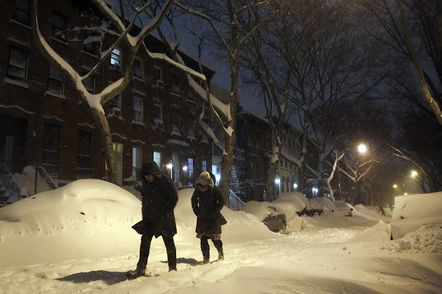 A light snow continues to fall in Brooklyn, and with a travel ban, all roads are quiet on Saturday, Jan. 23, 2016, during a powerful weekend storm blanketing the East Coast in snow. (Carolyn Cole/Los Angeles Times/TNS)